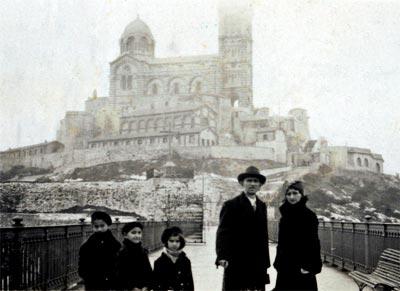 Fernando González y familia en la iglesia Nuestra Señora de la Guarda en Marsella, Francia