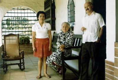 Margarita Restrepo y Fernando González (hijo) con mujer no identificada