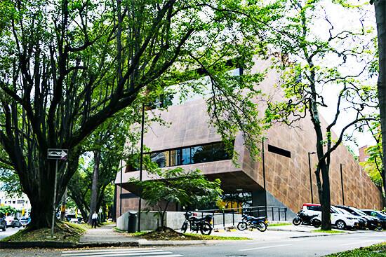 Fachada del edificio en el Parque Cultural y Ambiental Otraparte