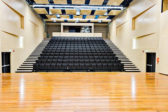 Sillas del auditorio del Parque Cultural y Ambiental Otraparte