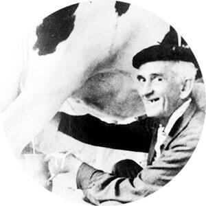 Fernando González ordeñando su vaca paturra