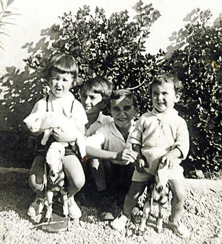 Fernando, Álvaro, Ramiro, Simón González y la gata Salomé.