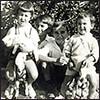 Fernando, Álvaro, Ramiro, Simón González y la gata Salomé. Marsella, Francia, 1933.
