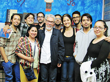 Integrantes del Grupo de Lectura Tríade Literario en compañía del escritor Roberto Burgos Cantor, invitado de la Red Nacional de Talleres de Escritura Creativa Relata.