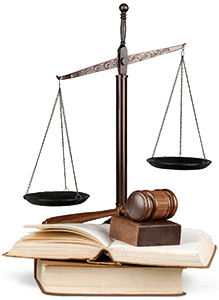 Ilustración de una balanca, códigos jurídicos y un martillo de juez