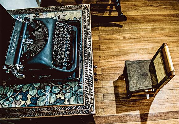 La sillita de Fernando González y su máquina de escribir / Fotografía © Oliver Ehmig