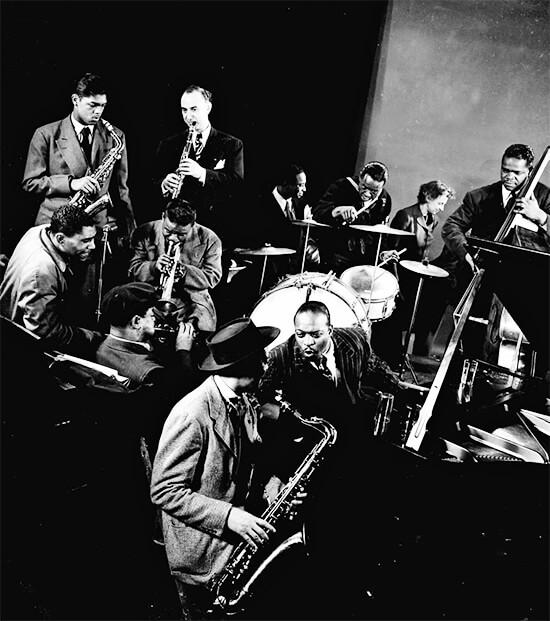 Lester Young (trombón), Count Basie (piano) y otros músicos sin identificar durante una sesión de jam en el estudio de Gjon Mili. Fotografía © Gjon Mili / Time Life Pictures.