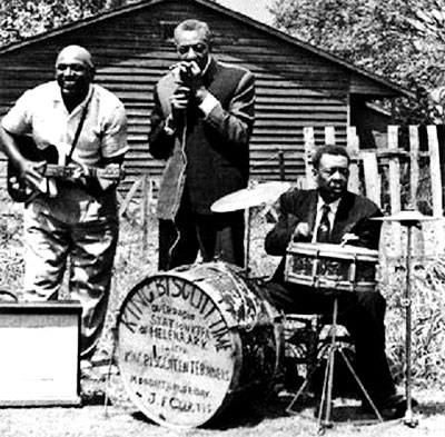"Houston Stockhouse, Sonny Boy & Peck Curtis - Fotografía de Chris Strachwitz tomada del librillo del disco ""Sonny Boy Williamson - King Biscuit Time"""