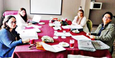 Jurados en deliberación — Inferior izquierda: Francia Goenaga. Superior derecha: Mariela Zuluaga. Inferior derecha: Jairo Andrade. Superior izquierda: María Juliana Serrano, Funcionaria del Grupo de Literatura y Libro.