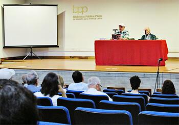 Luis Fernando Macías y Jaime Jaramillo Escobar en la Biblioteca Pública Piloto
