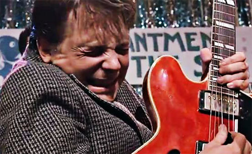 Marty McFly (Michael J. Fox) interpreta Johnny B. Goode en Volver al futuro I