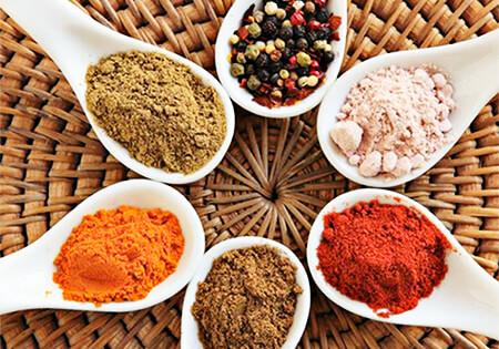 Foto de cucharas con diversos ingredientes