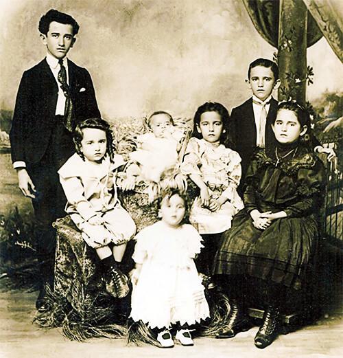 Fernando González con hermanos y hermanas