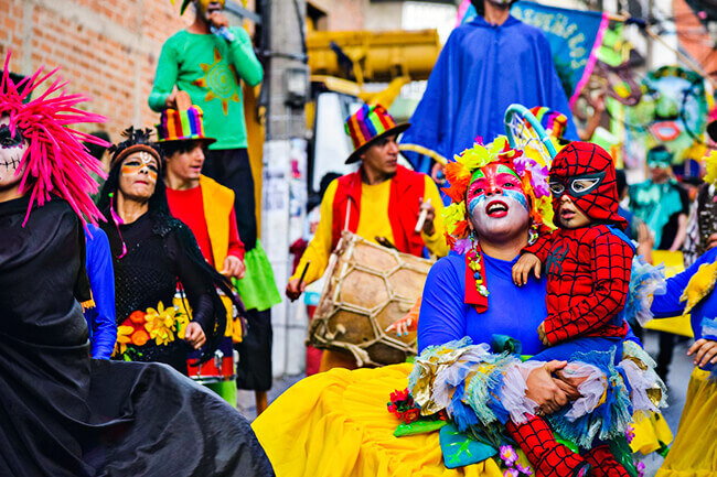 Fotografía de un desfile artístico de la Corporación Cultural Nuestra Gente