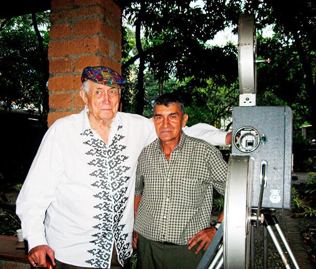 El poeta ruso Yevgueni Yevtushenko, a quien Gonzalo Arango dedicó su libro «El oso y el colibrí», y Rodínger Vélez en la Casa Museo Otraparte, 12 de julio de 2010.