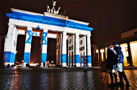 La Puerta de Brandeburgo, uno de los principales símbolos de Alemania, se iluminó con los colores de la bandera de Israel en conmemoración a las víctimas de un ataque terrorista en Jerusalén.