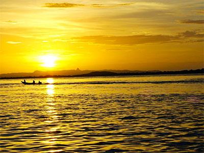 Amanecer sobre el río Orinoco desde Puerto Carreño