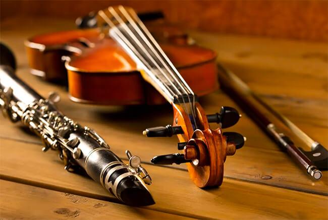 Foto de un violín y un clarinete